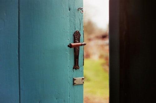 """""""Non aprite quella porta"""": Il passaggio al pubertario tra indugio, sospensione ed il dispiegarsi di un Se vivo continuo e creativo"""