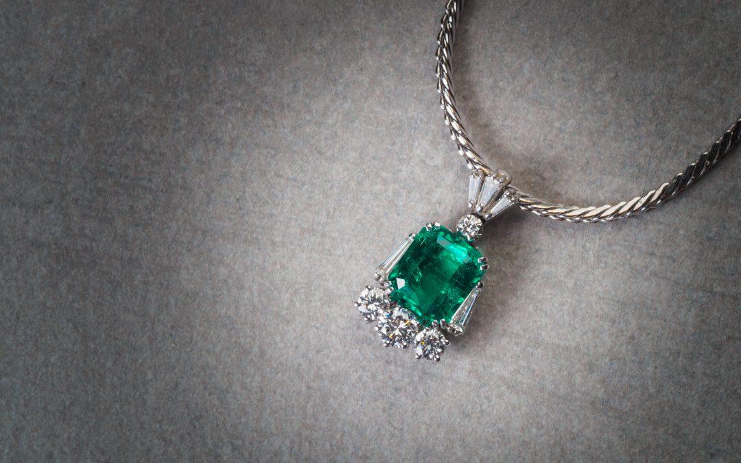 Ciondolo in oro bianco 18kt con smeraldo e diamanti