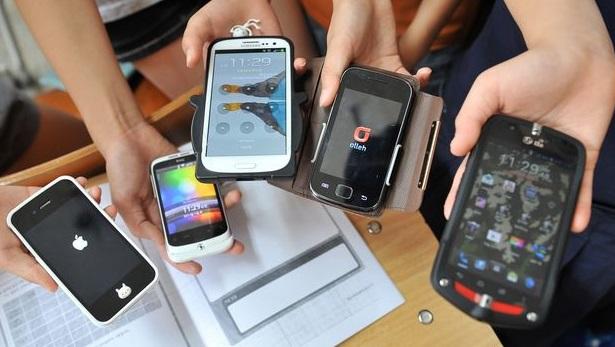 Studenti sospesi per il cellulare in classe: punizione sbagliata