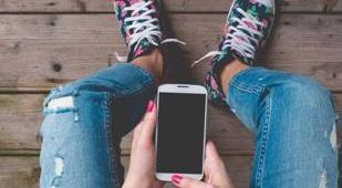 Tecnologia e figli adolescenti: come comportarsi e quanto controllarli