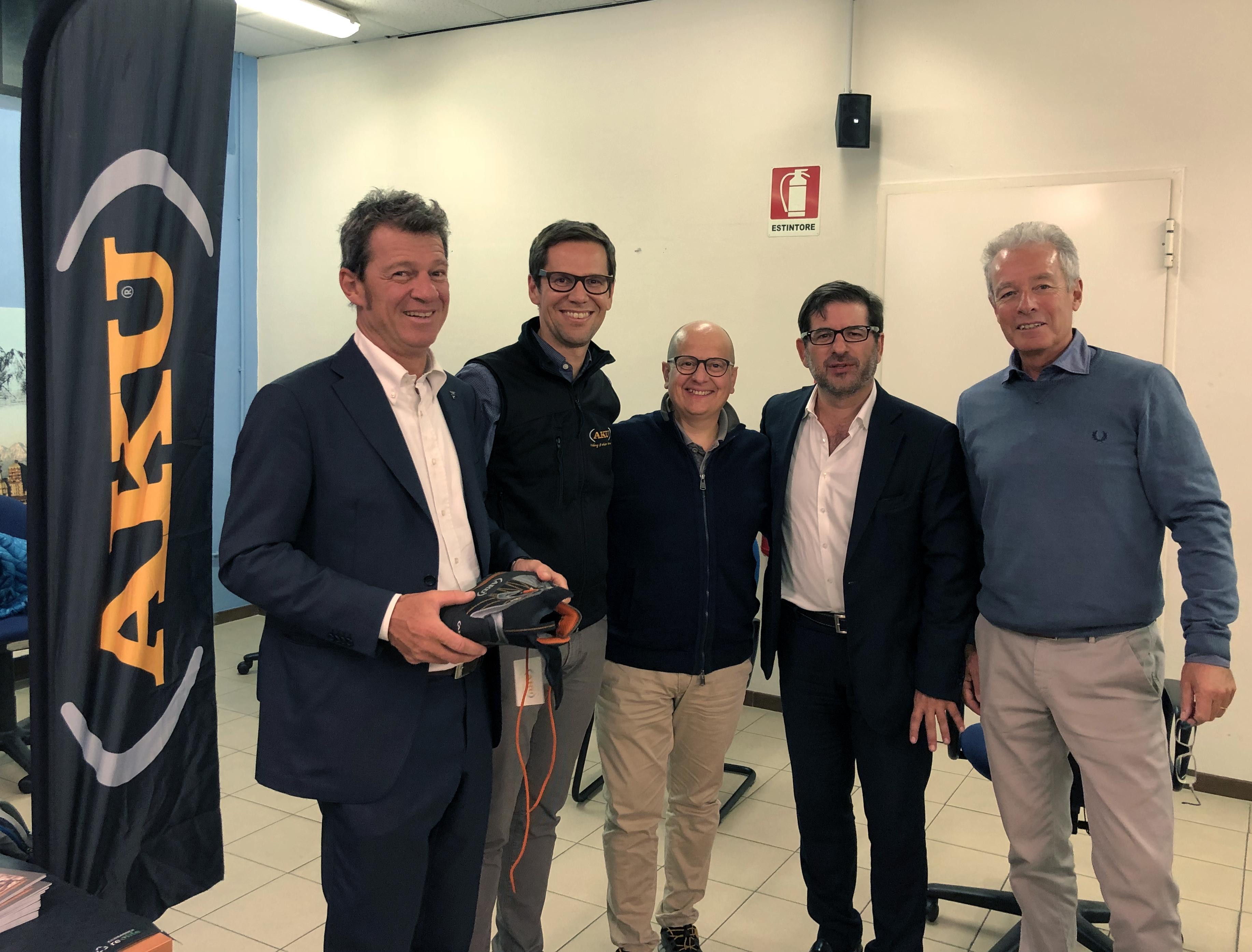 Da sinistra: il presidente Cai Milano, Massimo Minotti, Giulio Piccin di AKU, Camillo Calloni rappresentante AKU per la Lombardia, Roberto Monguzzi vicepresidente Cai Milano, Alfredo Tradati