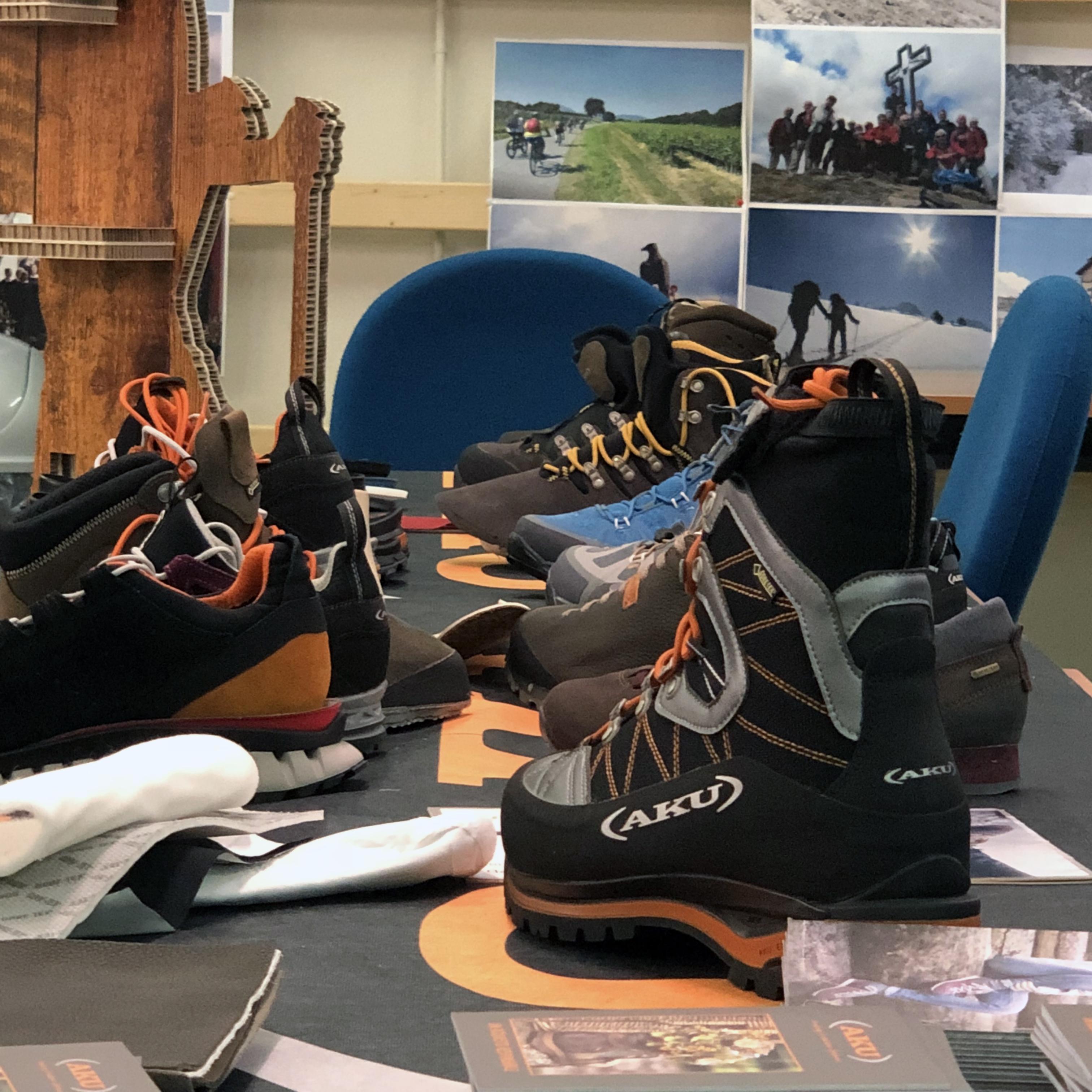 """Il """"tavolo anatomico"""" con scarpe, componenti, materiali e parti sezionate"""
