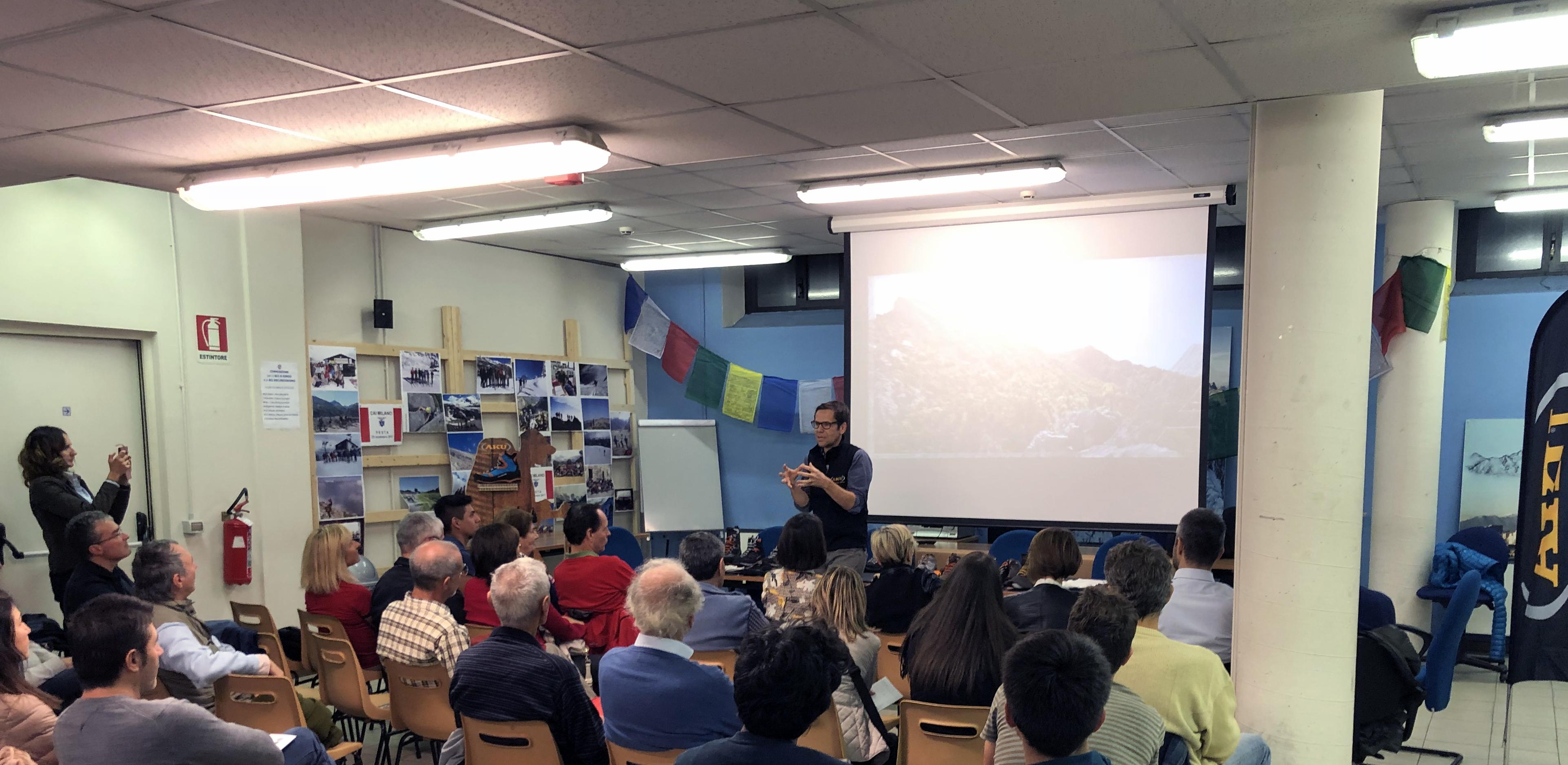 Il pubblico segue attentamente l'esposizione del tecnico AKU, Giulio Piccin