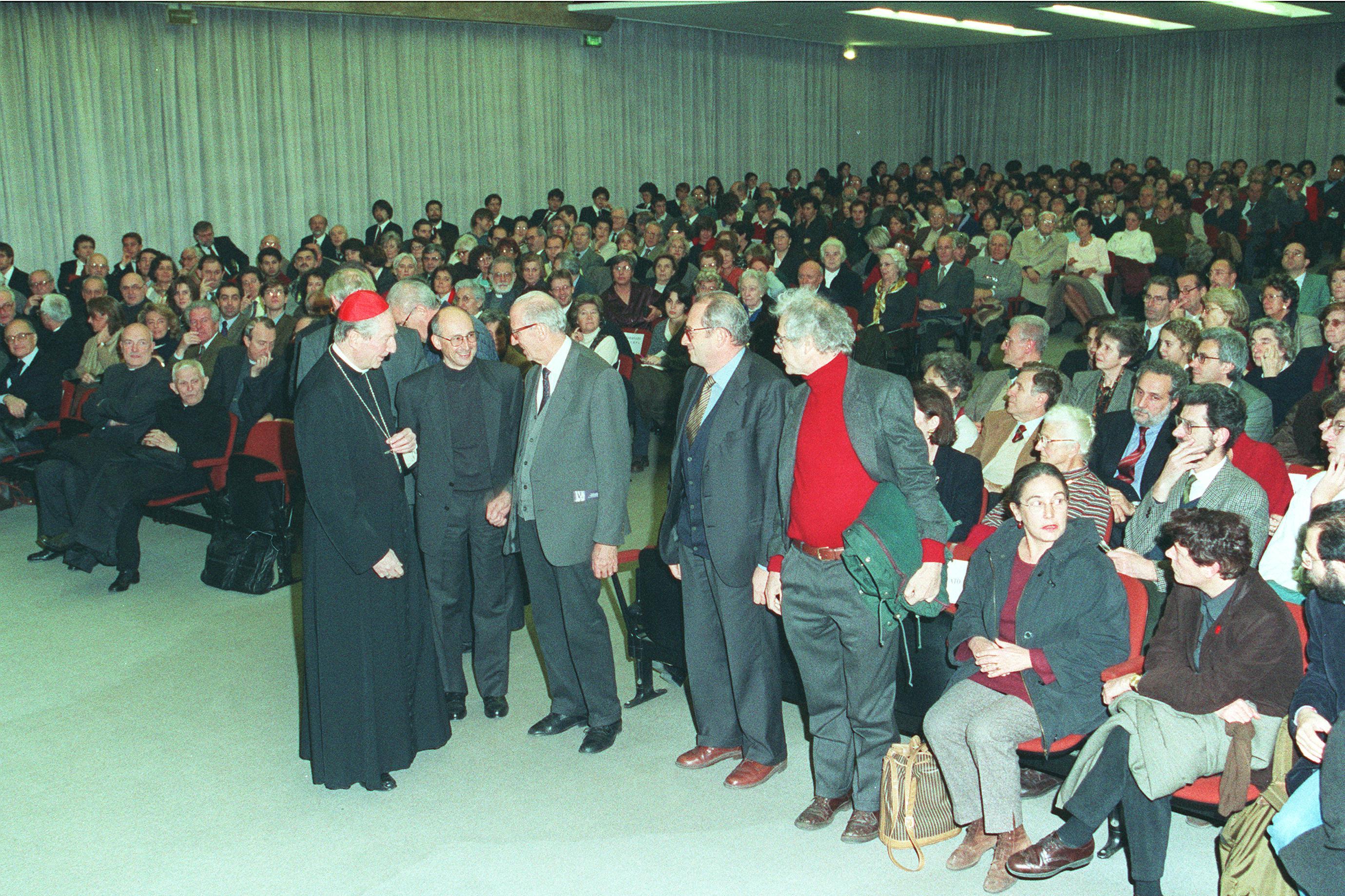 Il card. Carlo Maria Martini saluta il rettore dell'Università degli Studi di Milano, prof. Paolo Mantegazza